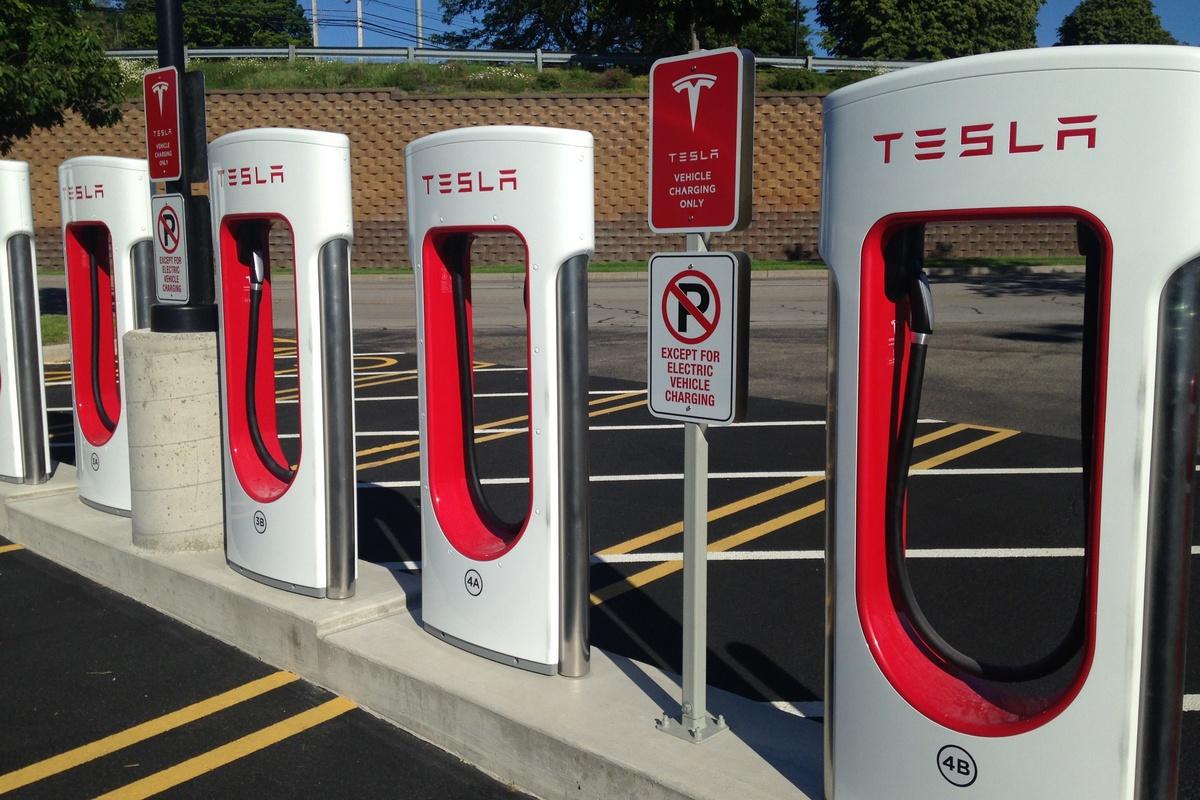 Зарядні станції Tesla Supercharger з'являться в Україні вже в 2019 році